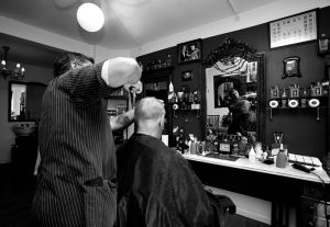4070_Joergen Wicklow_Dommer_ved_barber