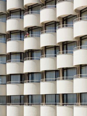 4420-John-Gleerup-kvinde_p_balkon-