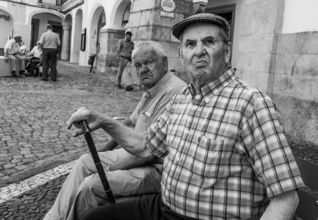 Seniorer hænger ud på torvet